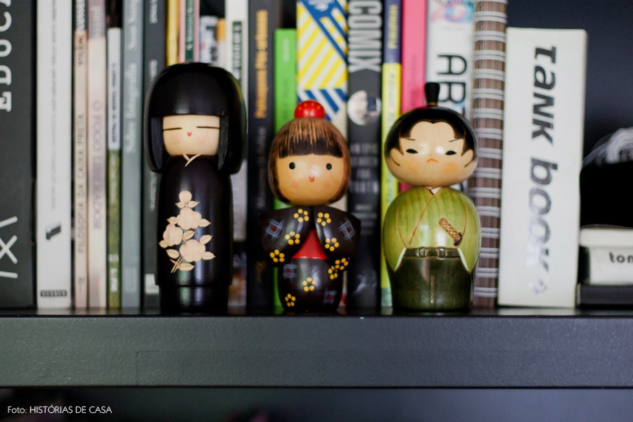 14-decoracao-estante-preta-boneca-japonesa-kokeshi