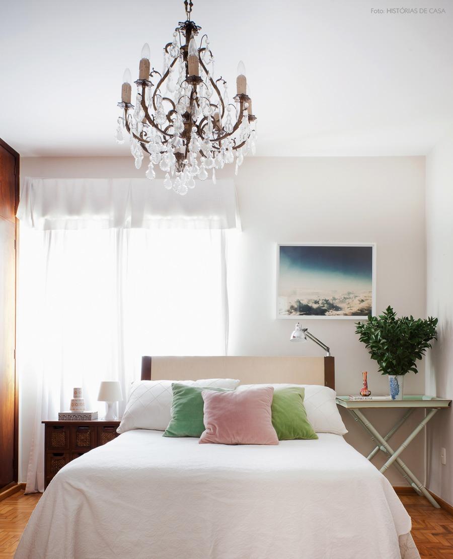 46-decoracao-quarto-madeira-paredes-lustre-classico