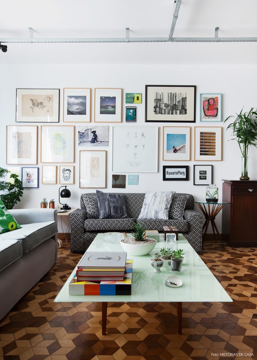 08-decoracao-sala-parede-quadros-mesa-centro-vidro-branca