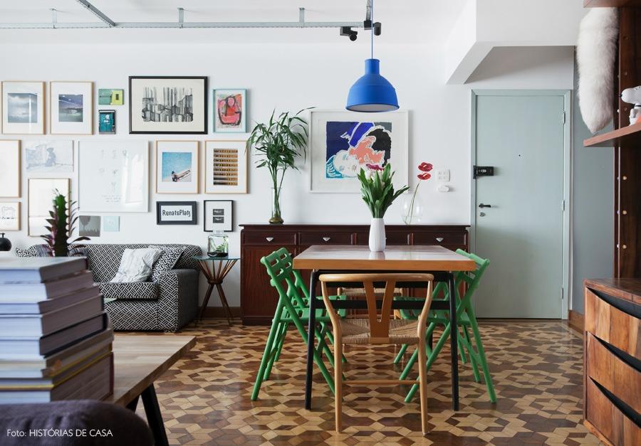 12-decoracao-sala-jantar-vintage-piso-tacos-quadros