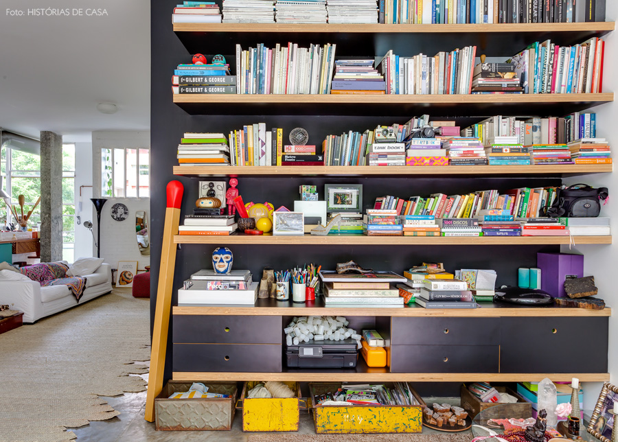 08-decoracao-estante-fundo-preto-prateleiras-louveira-livros