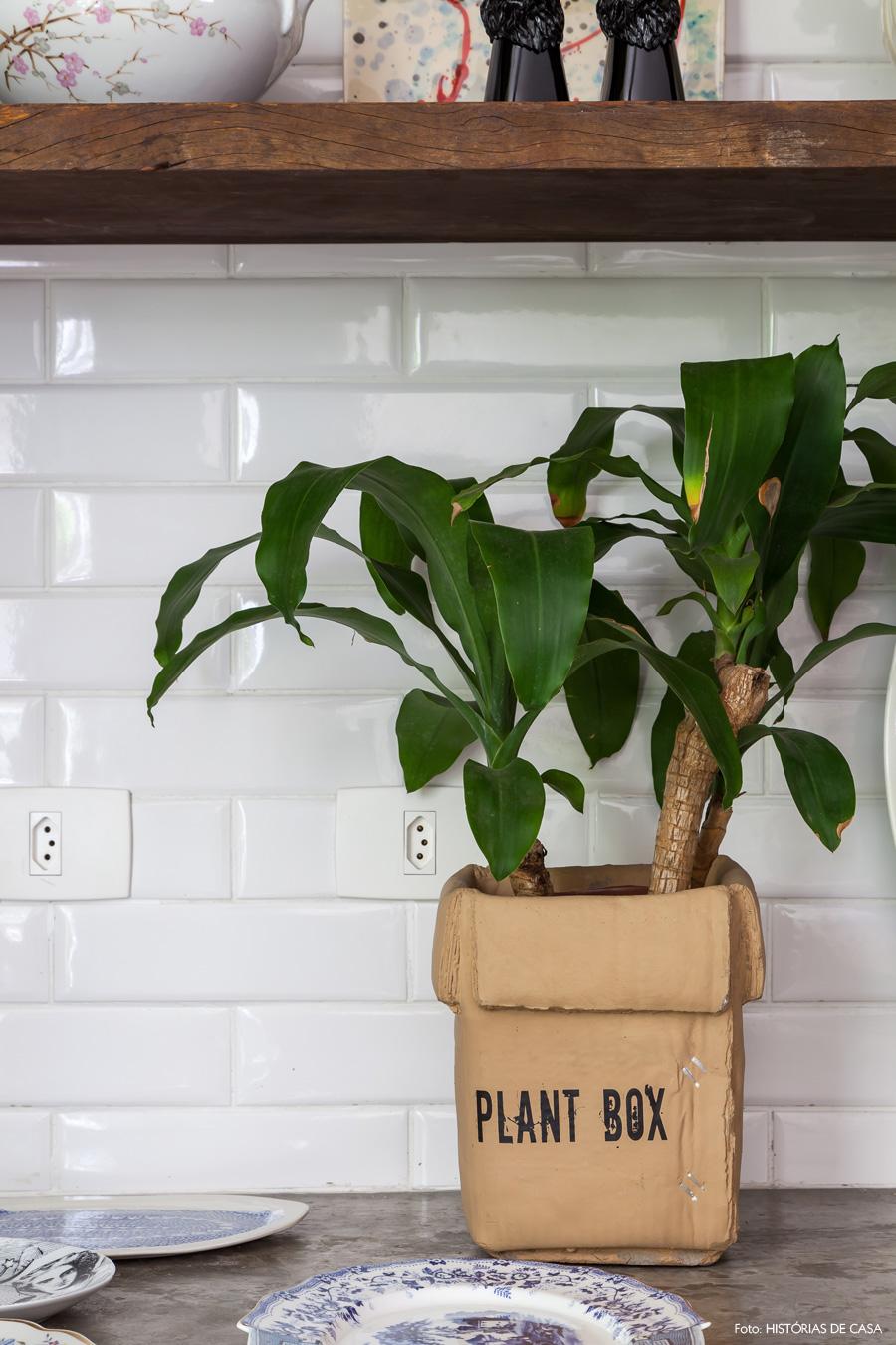 15-decoracao-sala-jantar-azulejo-metro-vaso-papelao-plantas