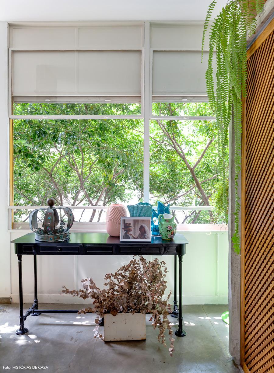 19-decoracao-sala-piso-cimento-queimado-janelas-louveira