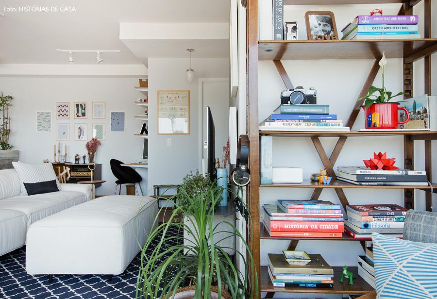 27-decoracao-sala-integrada-tons-neutros-estante-madeira