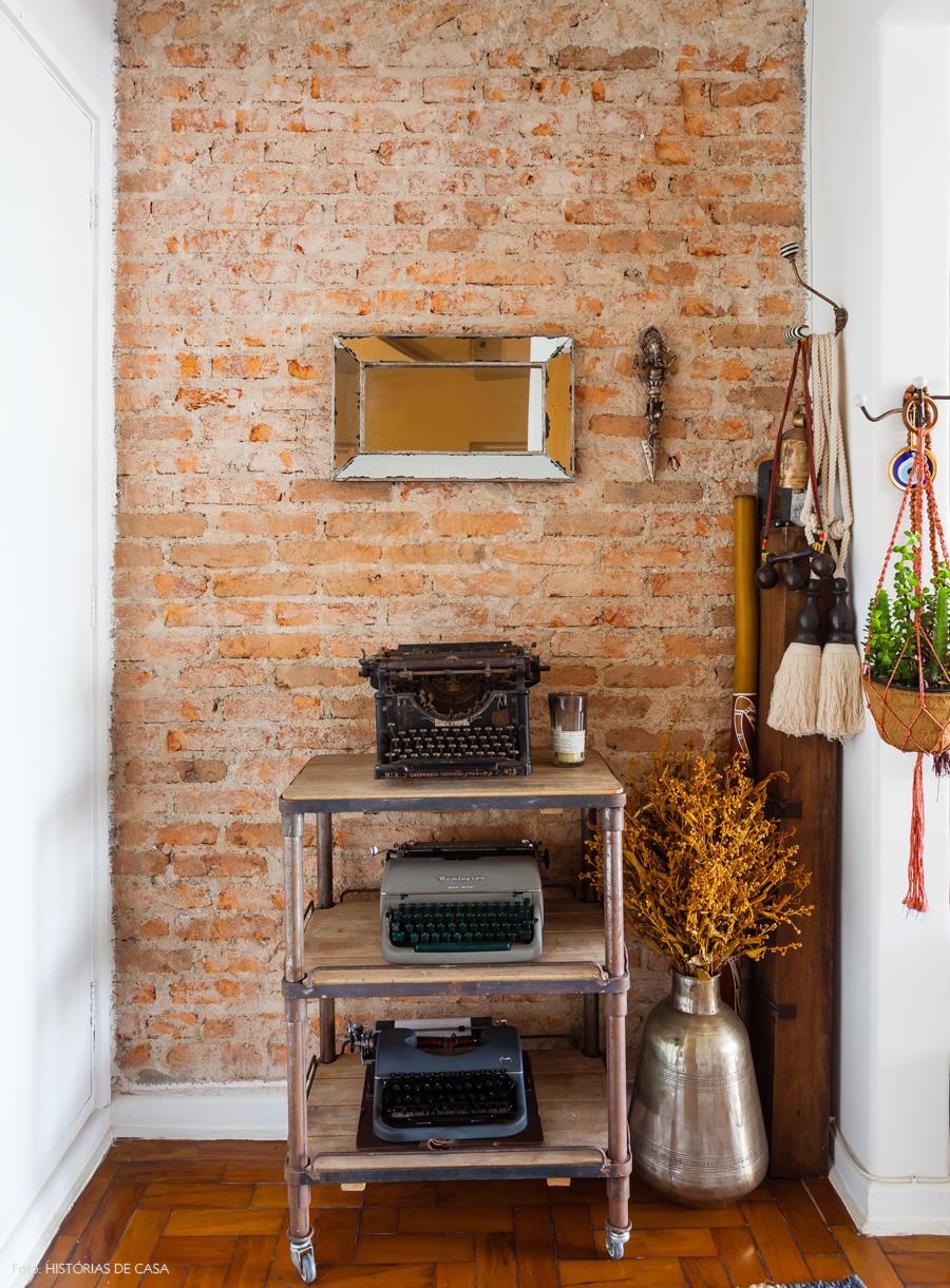 05-decoracao-hall-entrada-parede-tijolinho-industrial-maquina-escrever