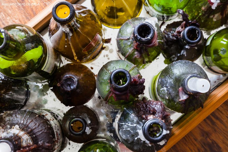 17-decoracao-sala-estar-arranjo-casticais-garrafas-vinho-reaproveitadas