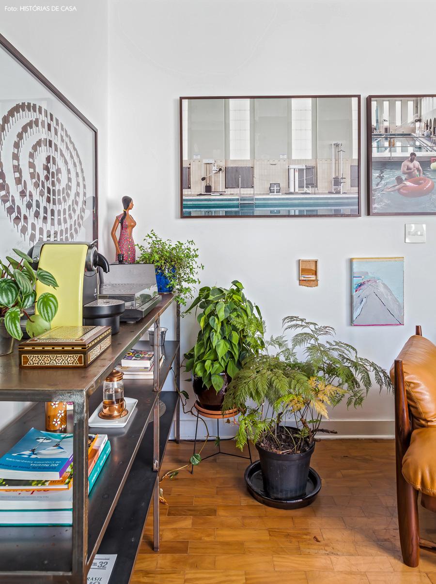 03-decoracao-aparador-ferro-poltrona-mole-sergio-rodrigues-plantas