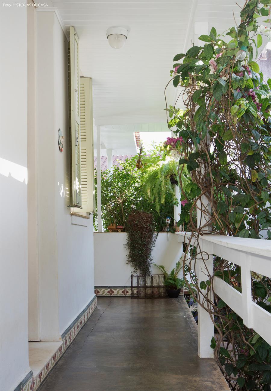 03-decoracao-casa-antiga-corredor-entrada-plantas-jardim