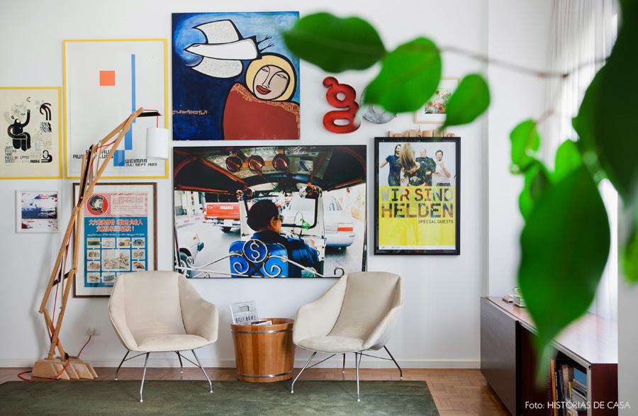 01-decoracao-parede-quadros-molduras-poltronas-sala