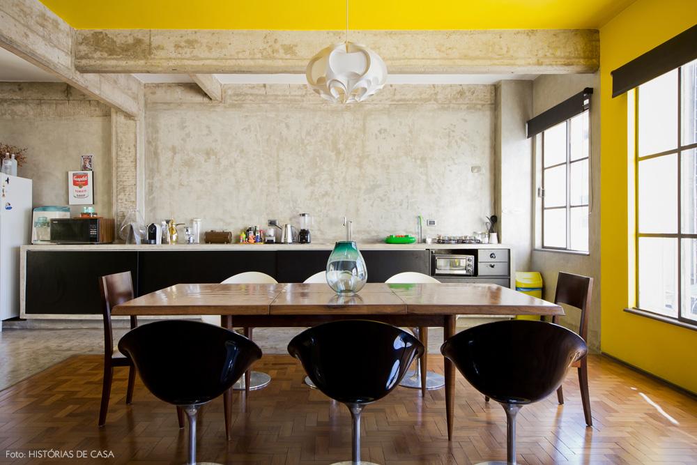17-decoracao-sala-jantar-cimento-queimado-teto-amarelo