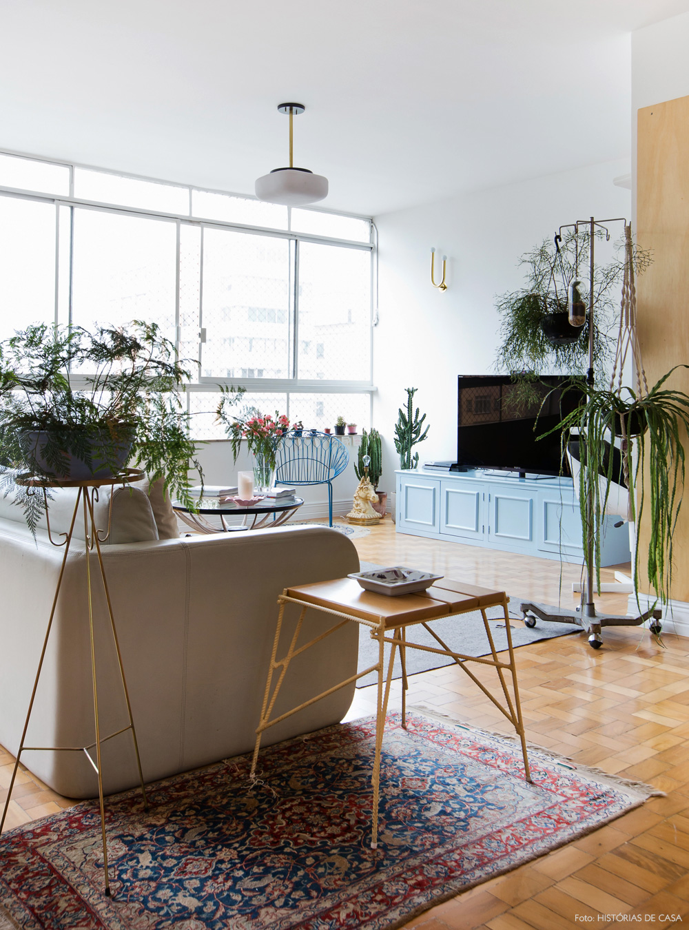 04-decoracao-sala-tv-plantas-sofa-cinza-tapetes