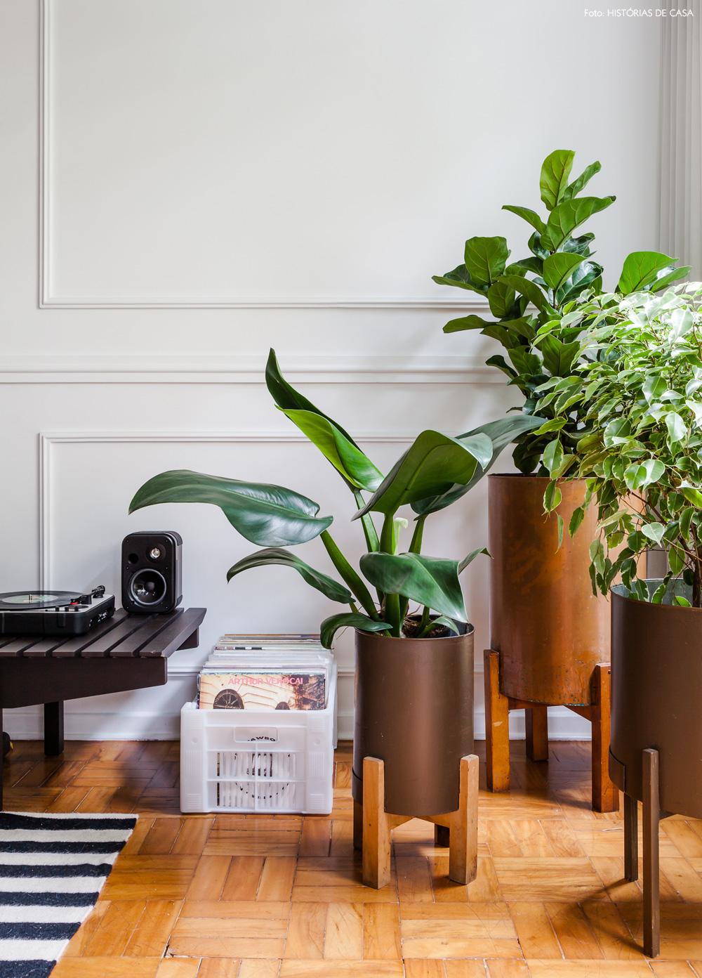 04-decoracao-sala-estar-plantas-suportes-boiserie-moderno