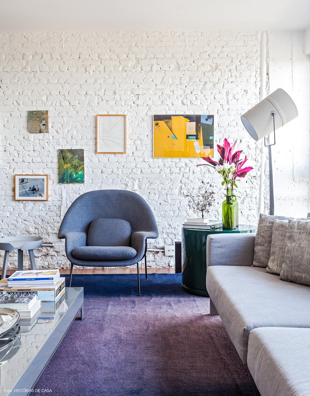 06-decoracao-sala-estar-parede-tijolinho-branco-poltrona-womb