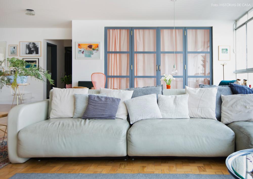 06-decoracao-sala-estar-sofa-neutro-cortina-rosa-cinza