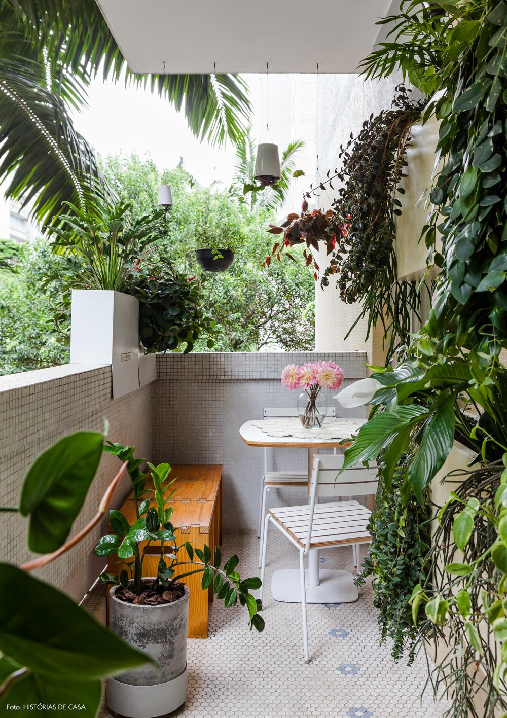 10-decoracao-apartamento-varanda-pequena-plantas-jardim-vertical