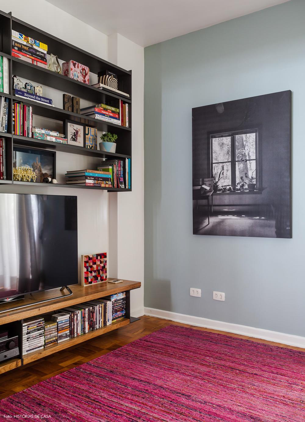 18-decoracao-sala-de-tv-tapete-rosa-estante-preta