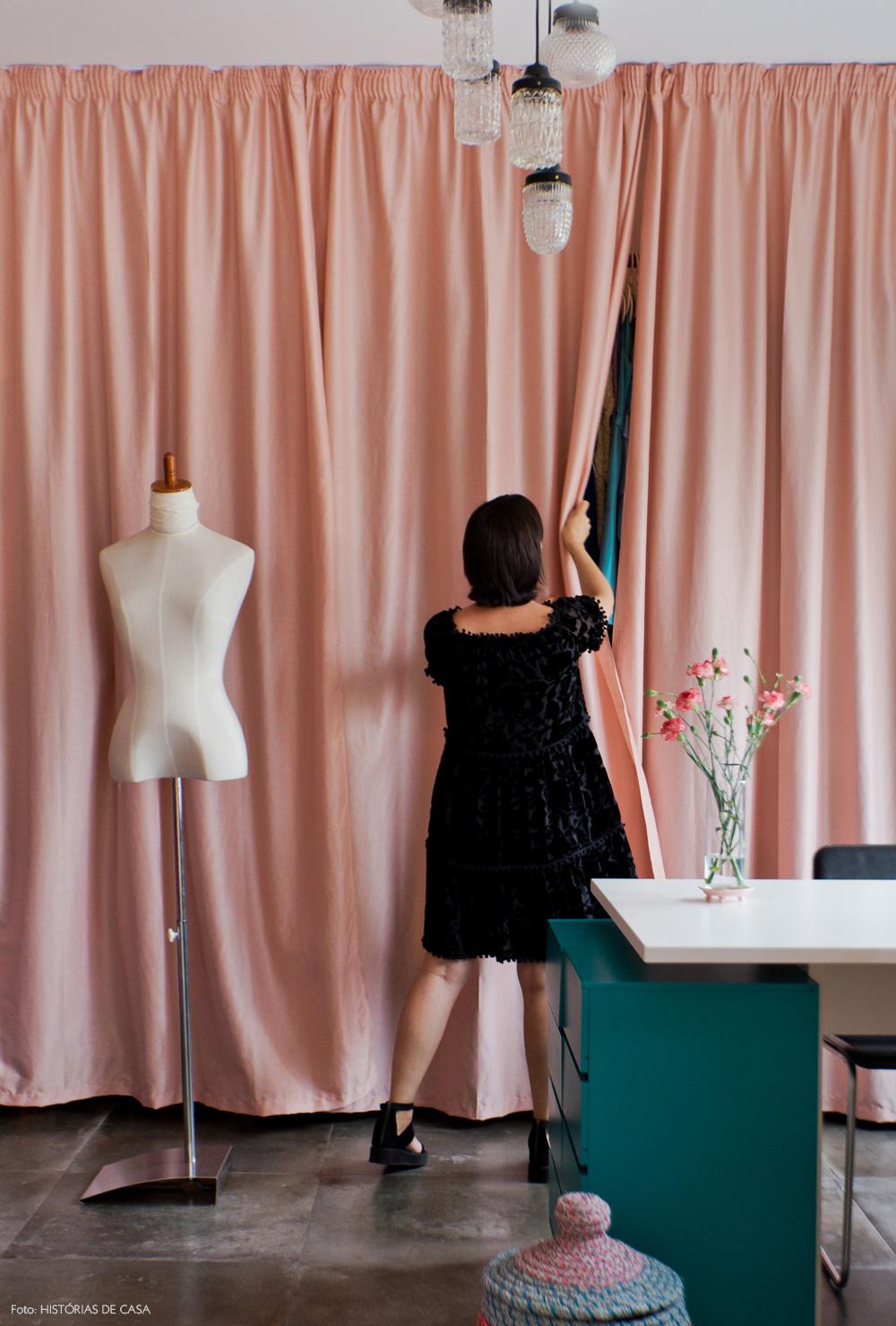 29-decoracao-atelie-figurinista-nanda-sansone-cortinas-rosa