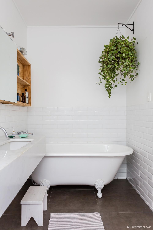 33-decoracao-banheiro-retro-vintage-subway-tiles-plantas