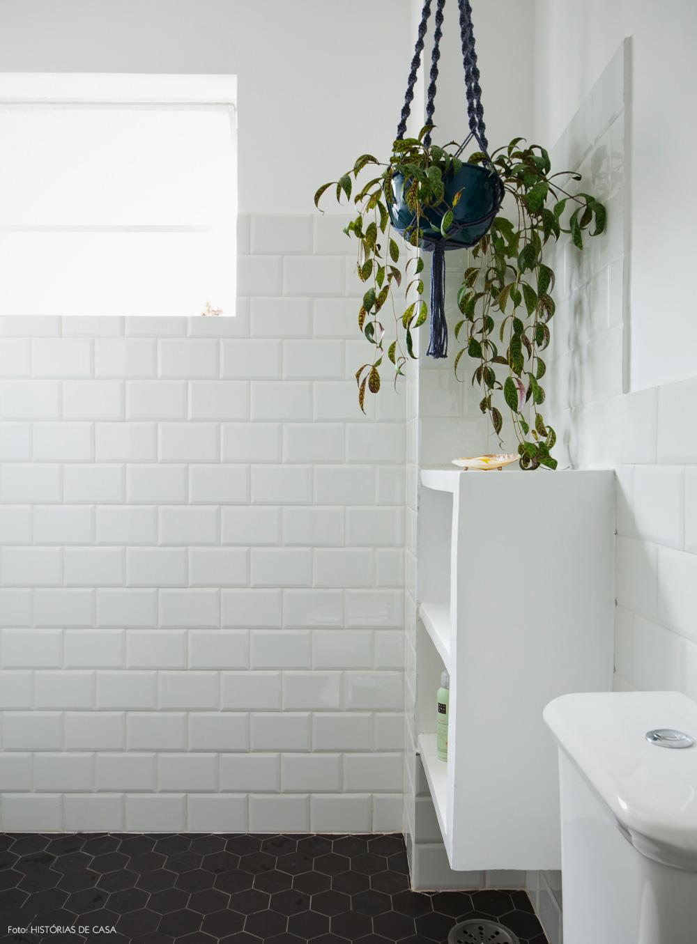 39-decoracao-banheiro-subway-tiles-piso-hexagonal-macrame-plantas