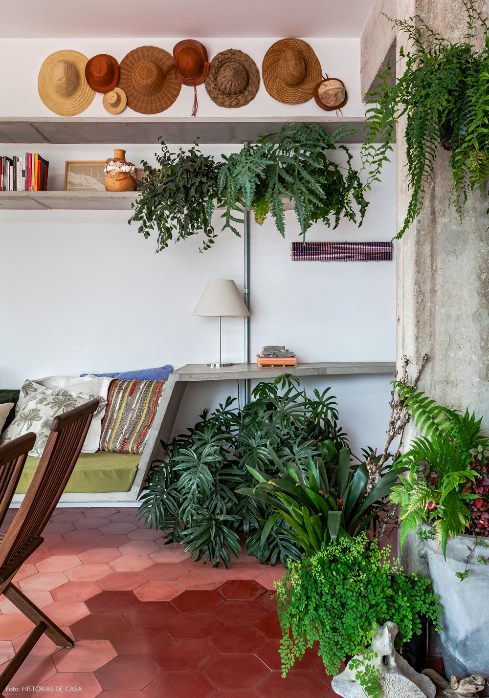 03-decoracao-apartamento-concreto-plantas-folhagens-prateleira