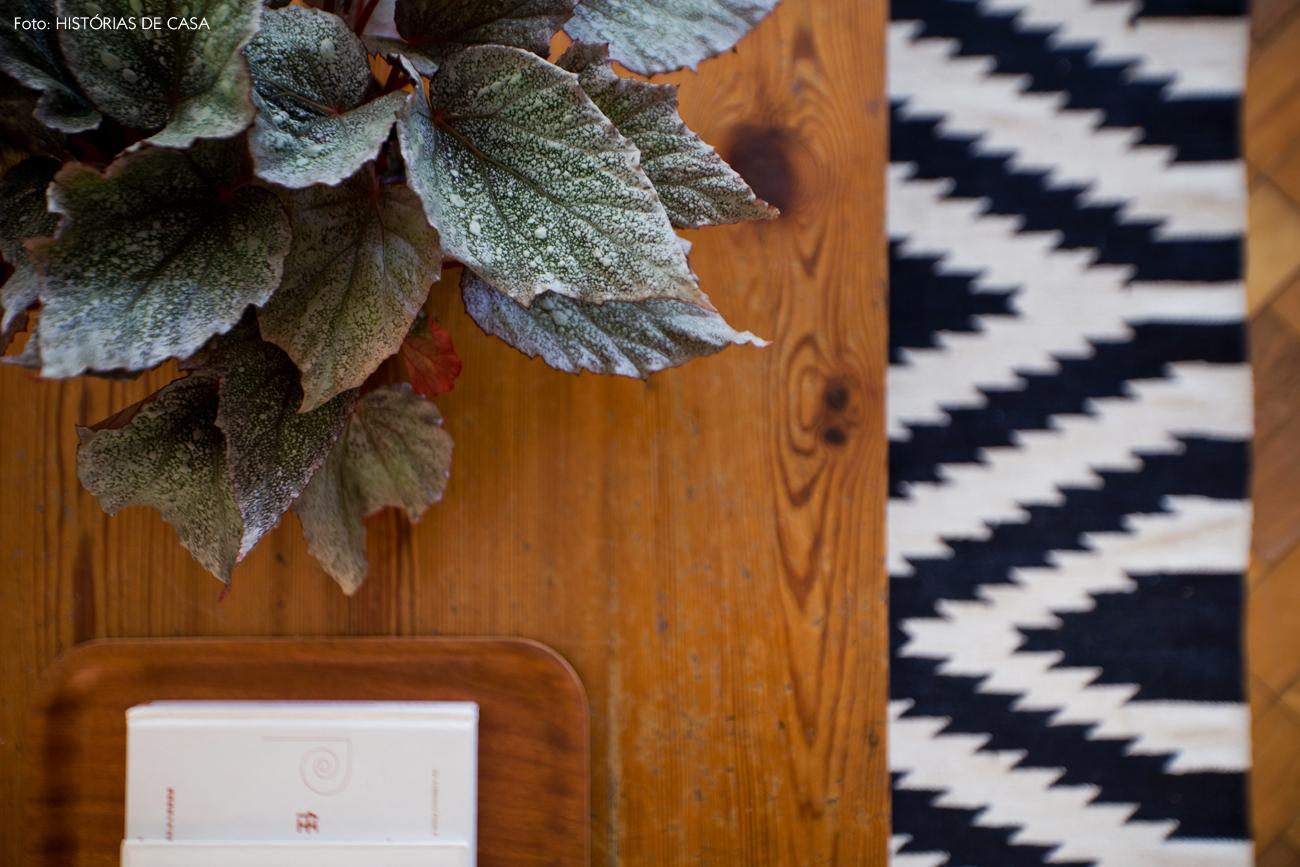 06-decoracao-sala-estar-mesa-de-centro-madeira-preto-branco