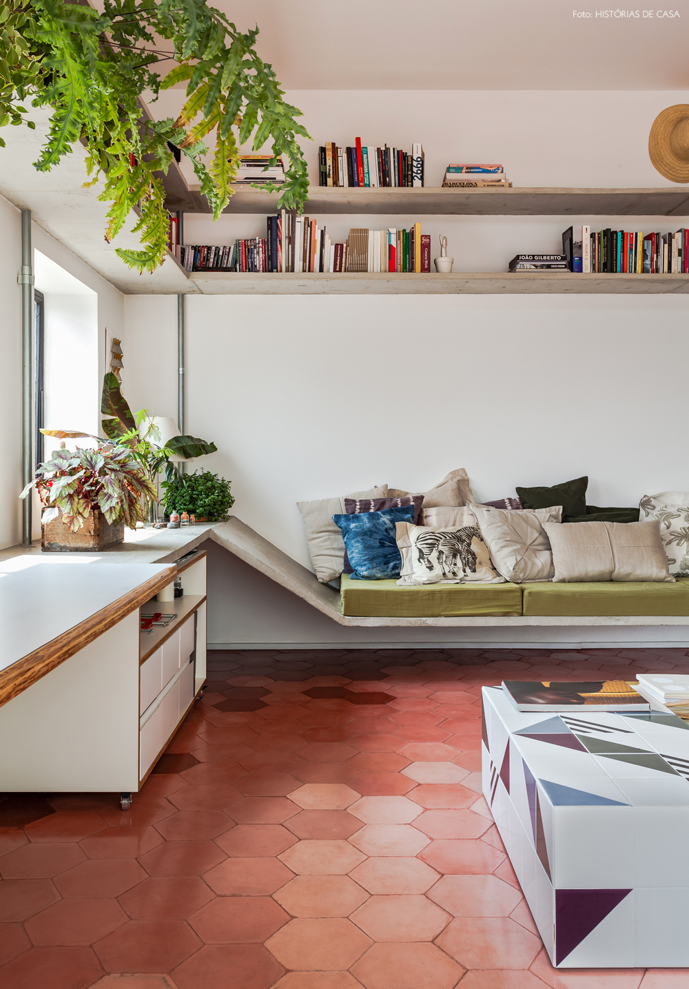09-decoracao-sofa-feito-de-concreto-futons-plantas
