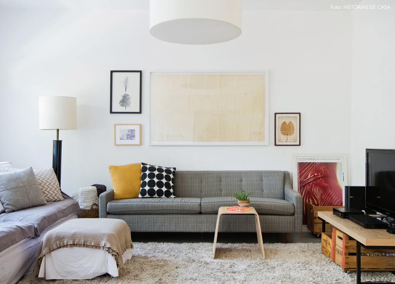 13-decoracao-sala-estar-sofa-cinza-estampado-caixote-madeira