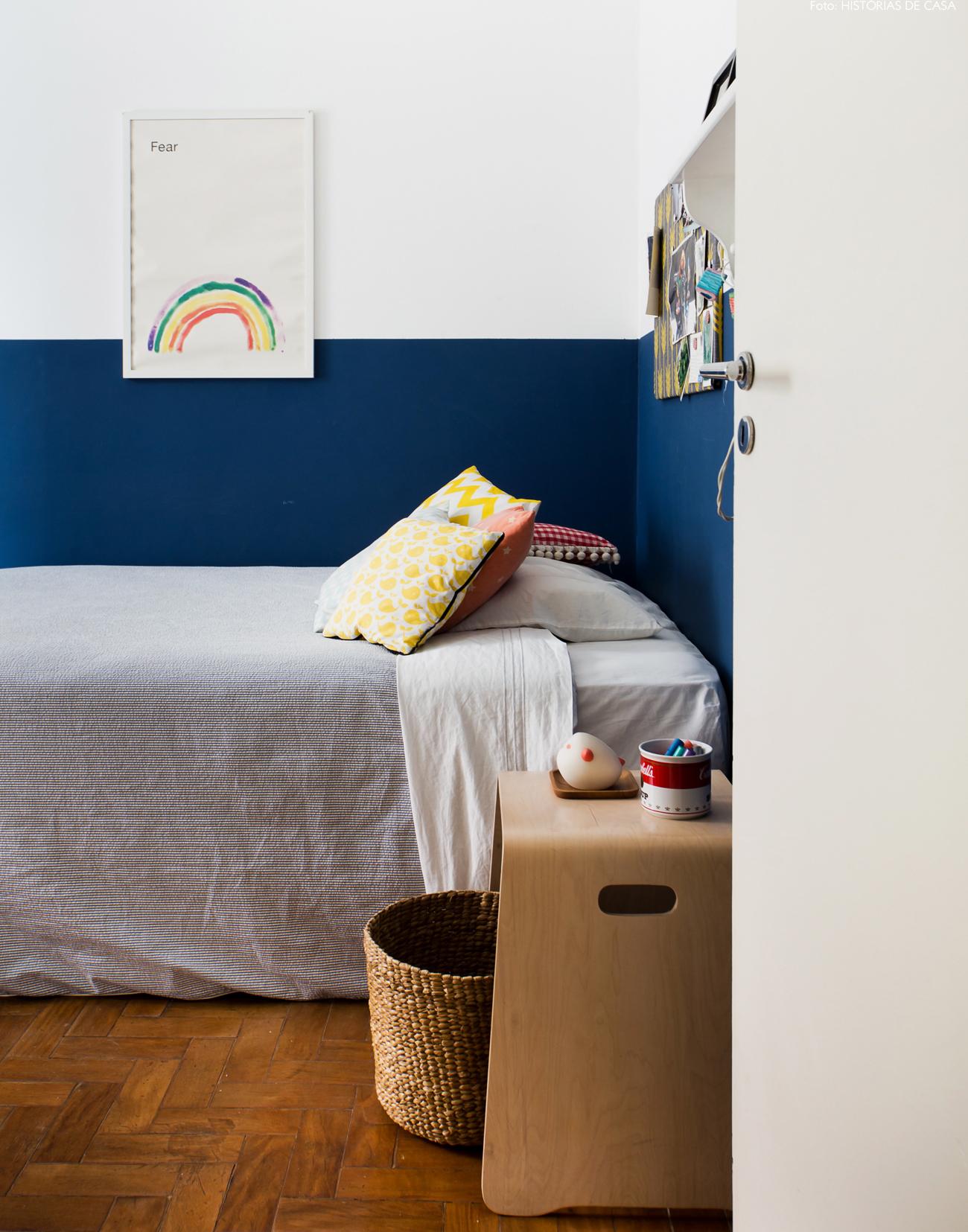 38-decoracao-quarto-crianca-parede-azul-almofadas-estampadas
