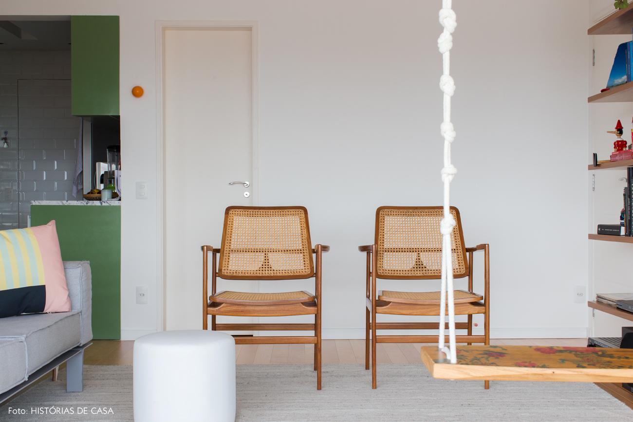02-decoracao-apartamento-integrado-sala-poltronas-oscar-sergio-rodrigues