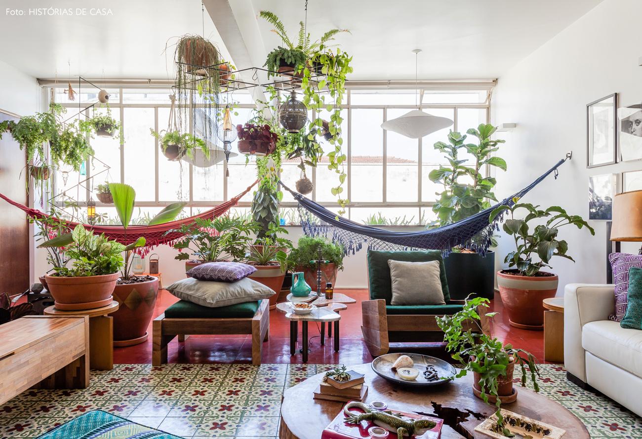 11-decoracao-sala-ampla-ladrilho-hidraulico-muitas-plantas-vasos