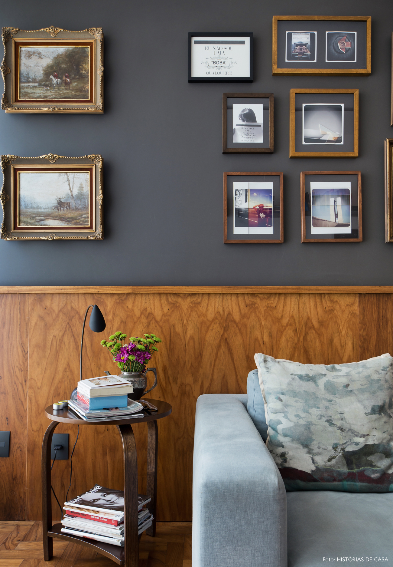 24-decoracao-sala-estar-sofa-azul-parede-escura-muitos-quadros