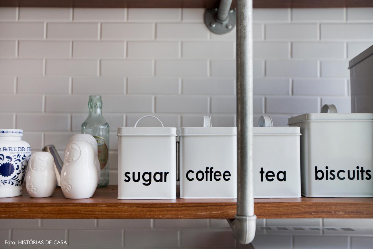 32-decoracao-cozinha-estante-com-canos-colecao-latas-brancas