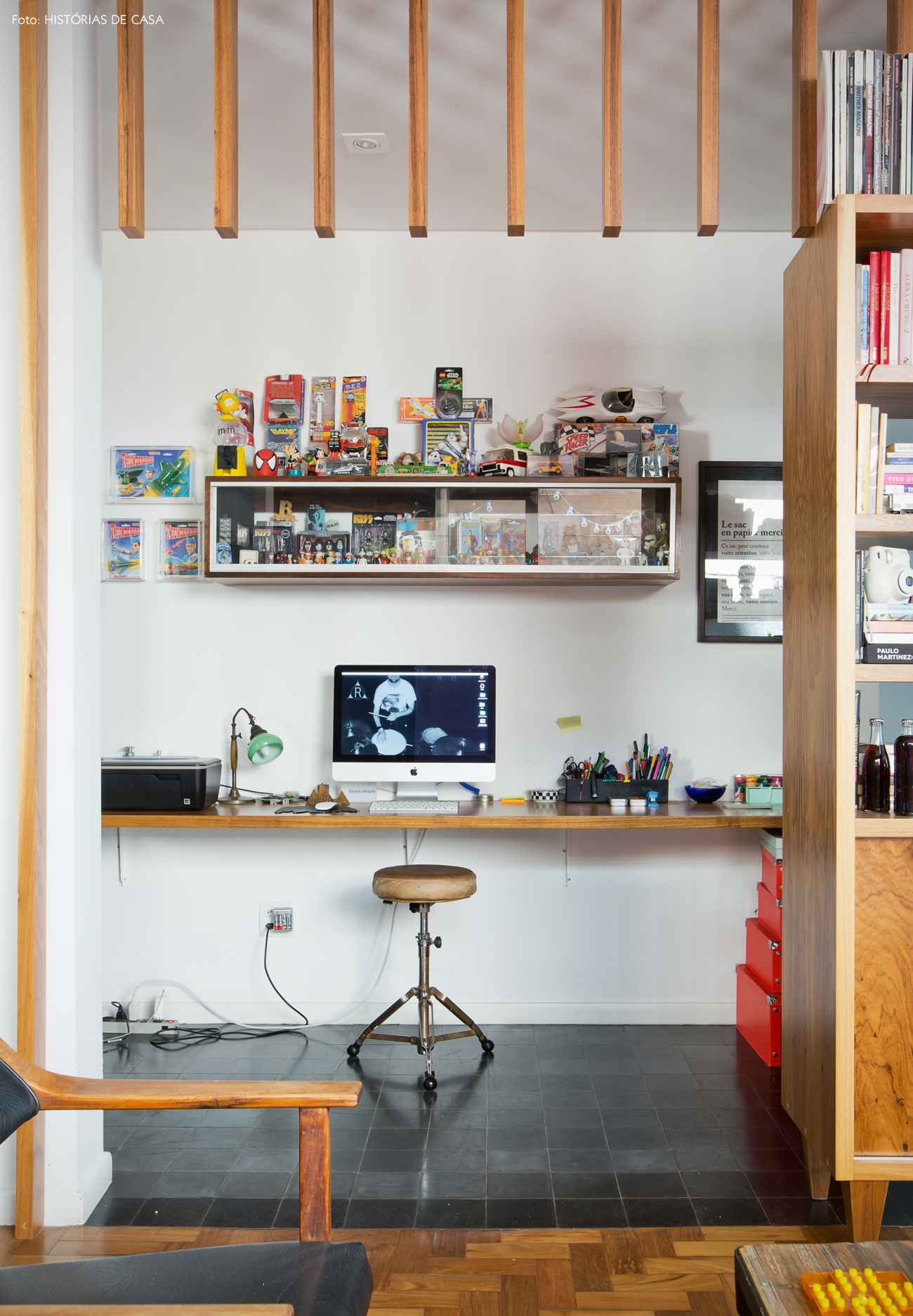 35-decoracao-home-office-integrado-divisoria-brises-madeira