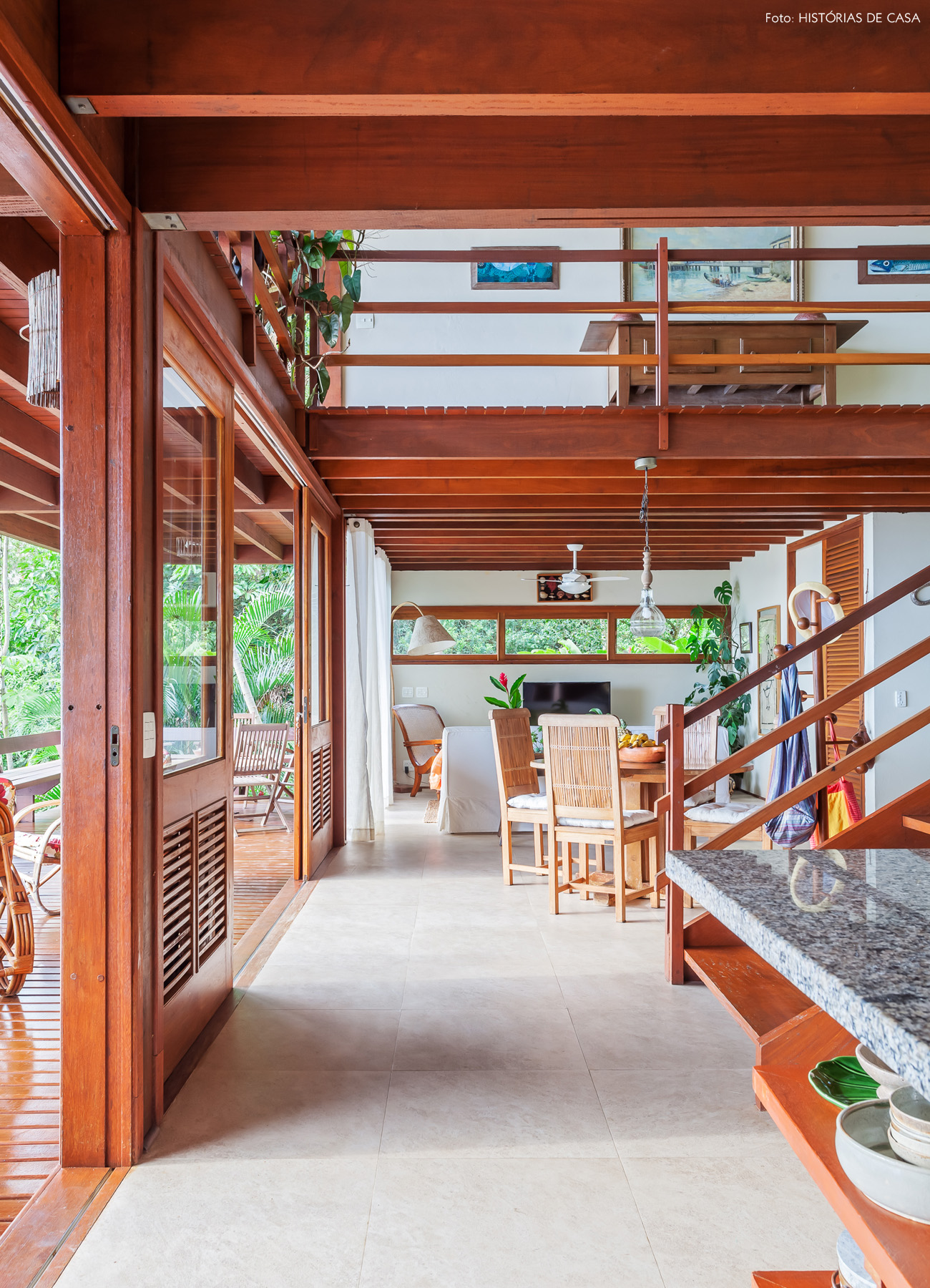 11-decoracao-casa-de-praia-sala-estar-moveis-madeira
