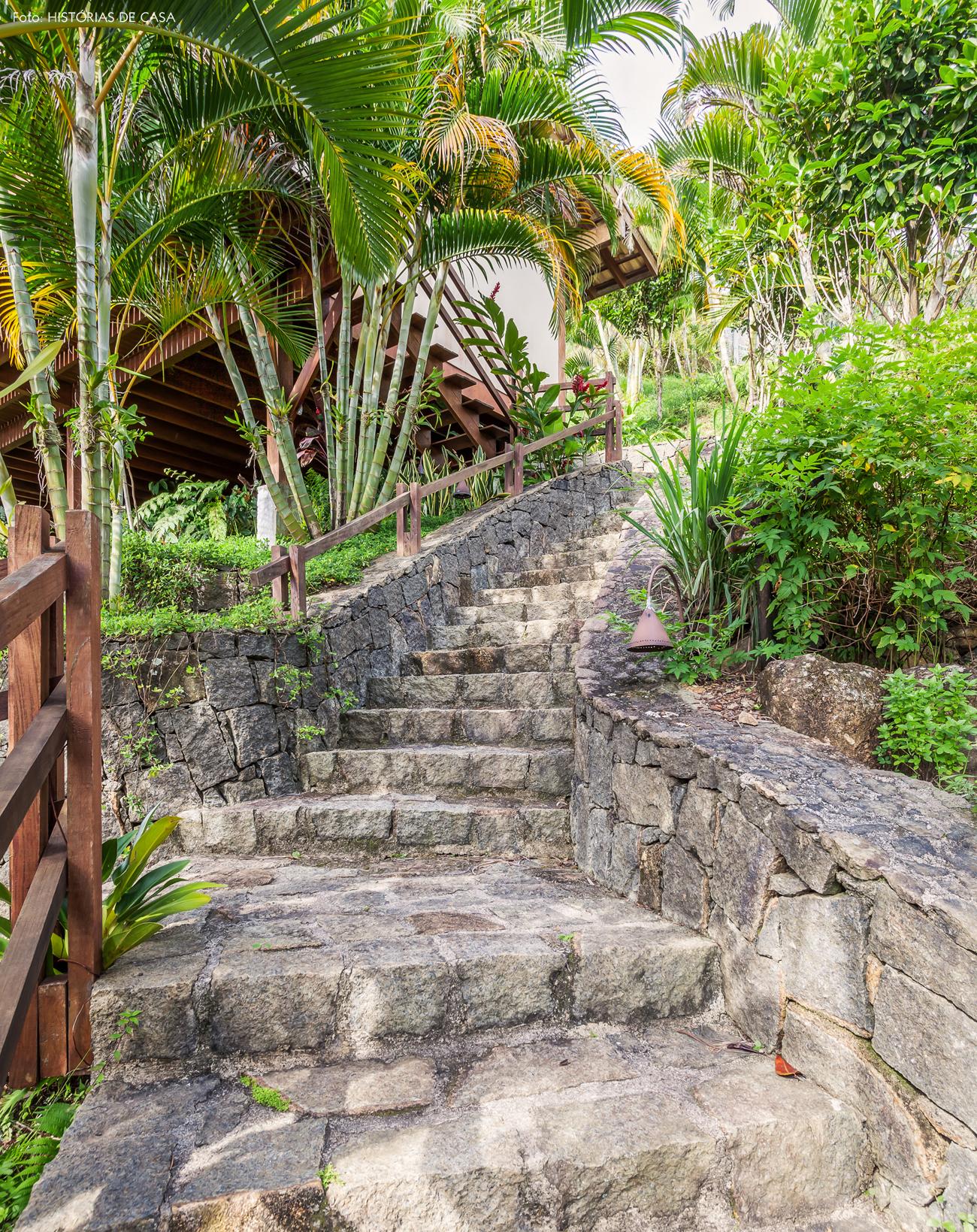 21-decoracao-casa-de-praia-de-madeira-escada-de-pedra-jardim