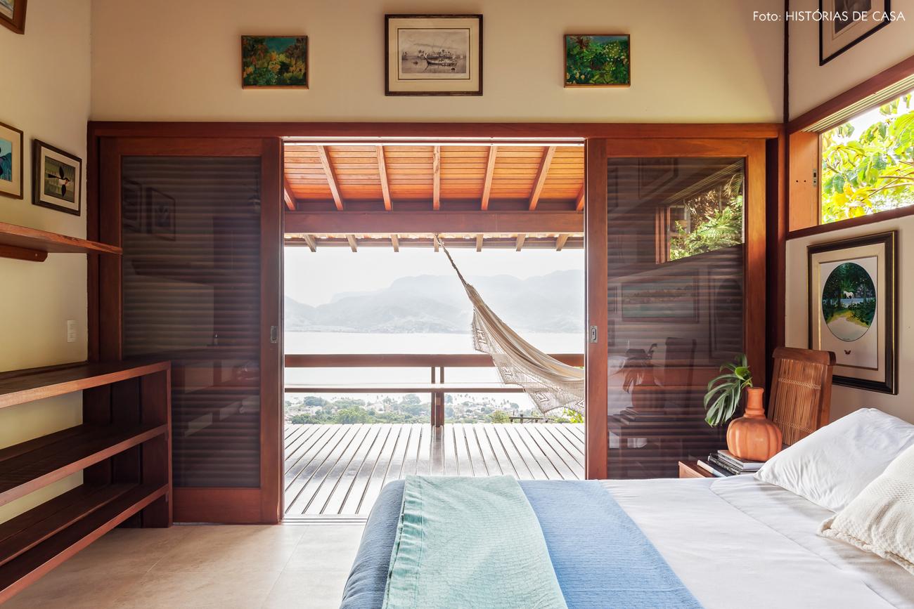 27-decoracao-casa-de-praia-de-madeira-quarto-portas-venezianas