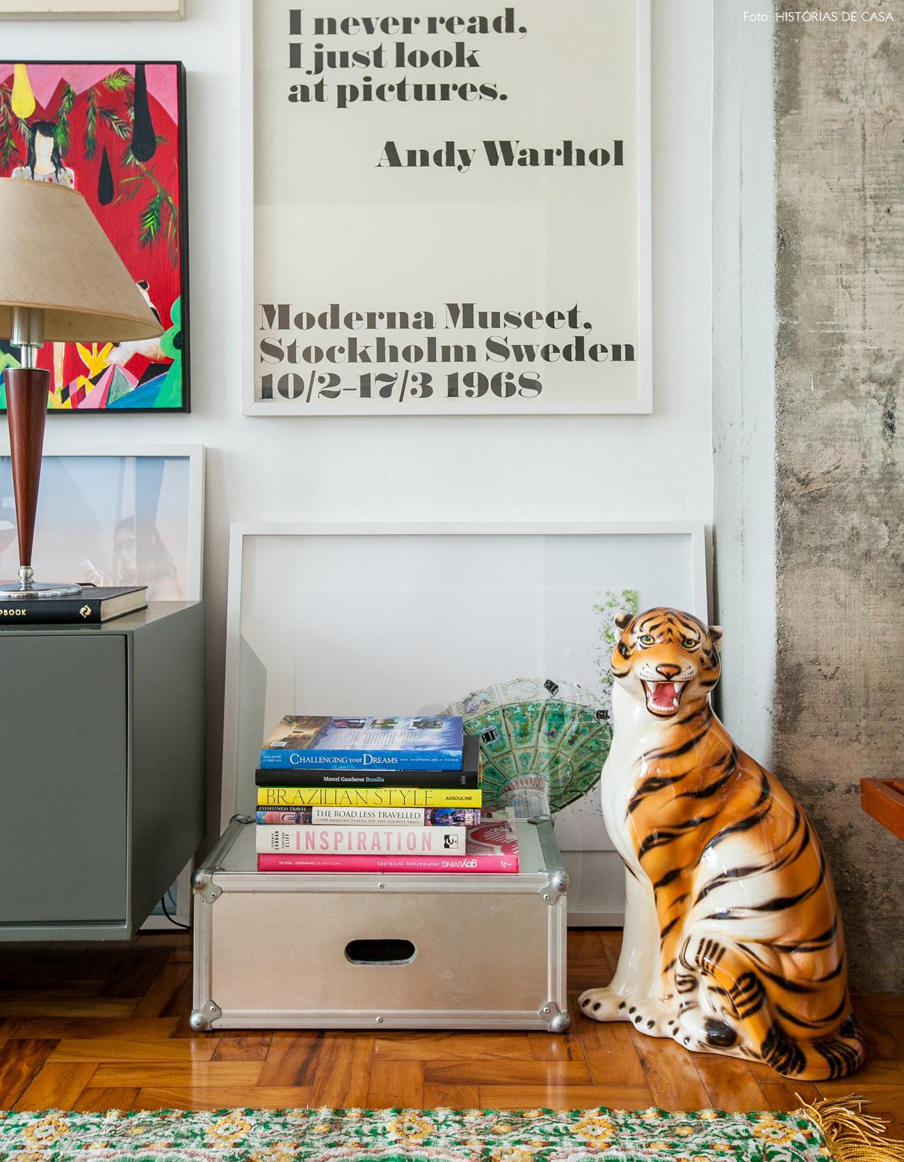 30-decoracao-apartamento-detalhes-kitsch-quadros-livros