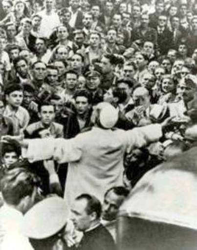 Pío XII con los damnificados del bombardeo