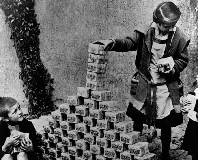 niños jugando con dinero