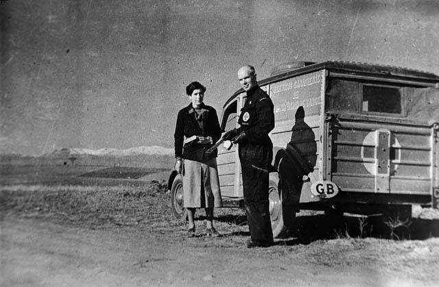 Norman Bethune junto a uno de sus unidades en España
