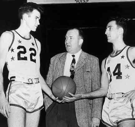 Ed Macauley (Dcha), Walter A.Brown y Bob Cousy (Izq)