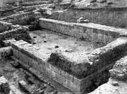 Развалины  «дворцового сооружения»  в  Багинети. Шестиколонный зал. I в. до н. э.