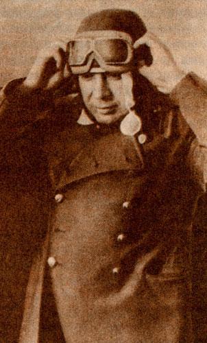 Командующий Военно-Воздушными Силами А. А. Новиков готовится к полету. Июль 1944 г.