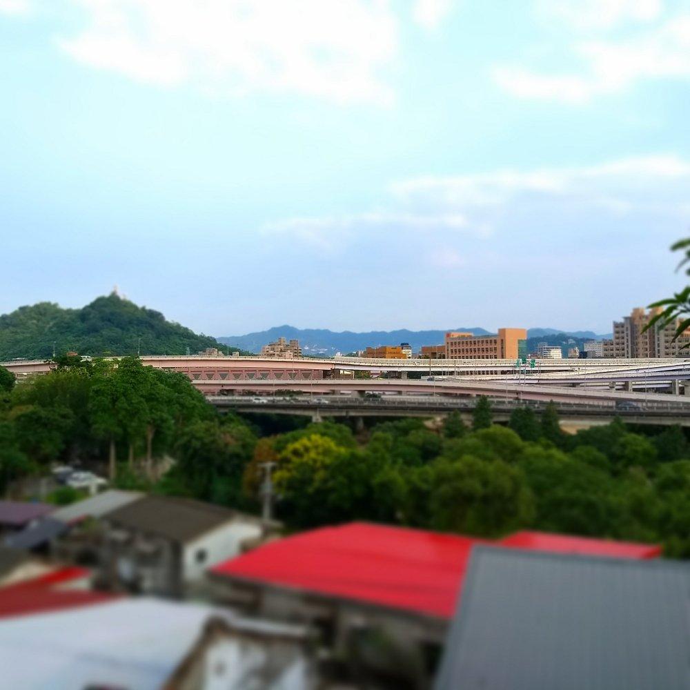台北是個盆地,往南萬隆新店是另一小盆地,人與山的關係得到高處才能理解,但各種快速道路也是都市的命脈難以捨去