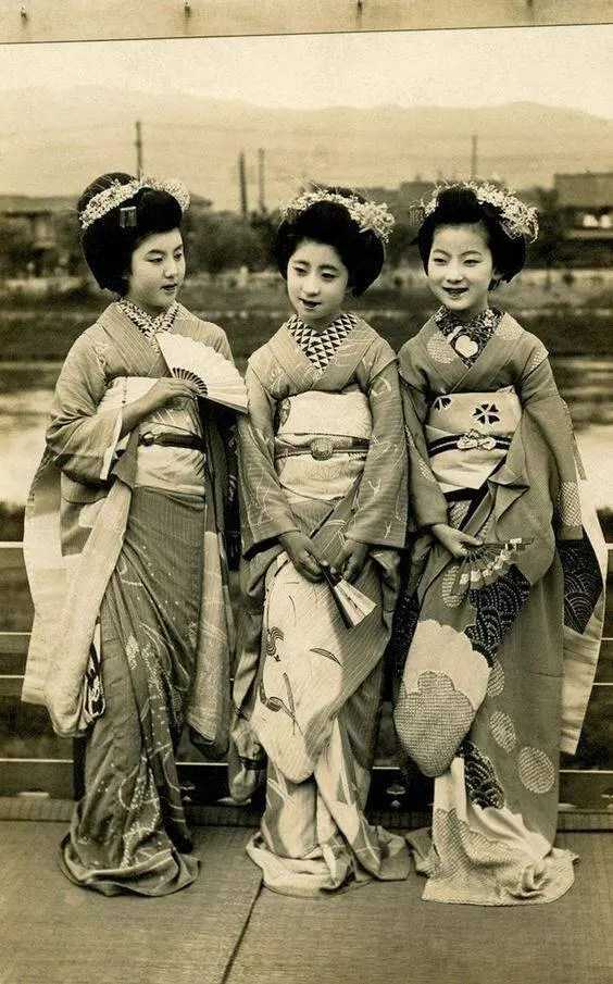 A snapshot of historical fashion, Japan, 1910s..jpg