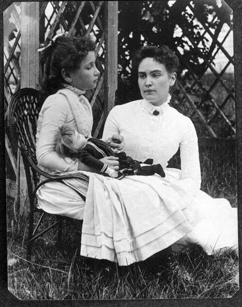 Hellen Keller with Anne Sullivan