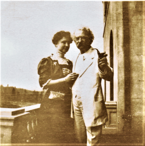 Helen Keller posing with Mark Twain at Stormfield in January of 1909
