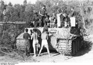 Tiger 1 crew at rest.