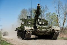 Kampfpanzer T-72 der 7. mechanisierten Brigade der Tschechischen Republik fahren am 21. April 2015 ueber den Truppenuebungsplatz Allentsteig in Oesterreich.