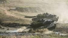 Leopard 2 A6 der Panzerbrigade 21 der Bundeswehr durchqueren unter dem Schutz von Soldaten der 3. Panzergrenadierbrigade des Oesterreichischen Bundesheeres eine Furt am 21. April 2015 auf dem Truppenuebungsplatz Allentsteig in Oesterreich.
